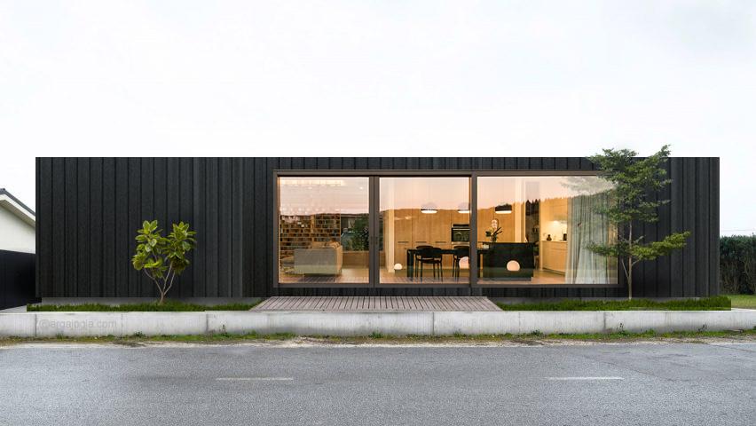 rumah kotak hitam minimalis melebar